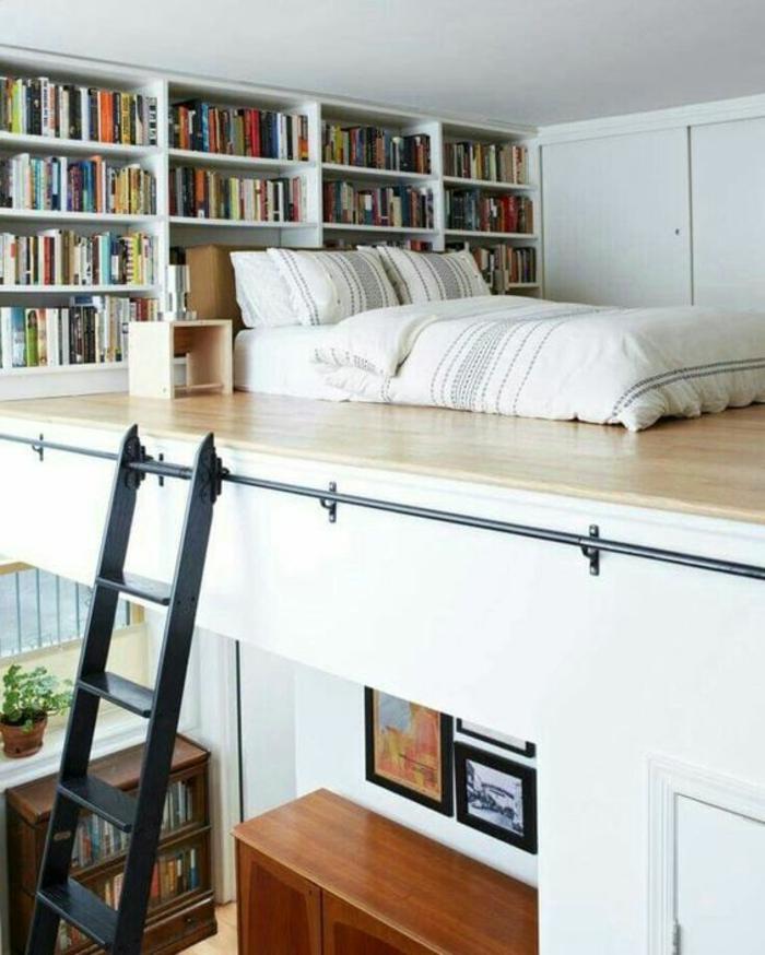 déco chambre étudiant, decoration interieur appartement, biblio avec des étagères blanches, grand lit avec linge de lit en style rétro, échelle en métal noir