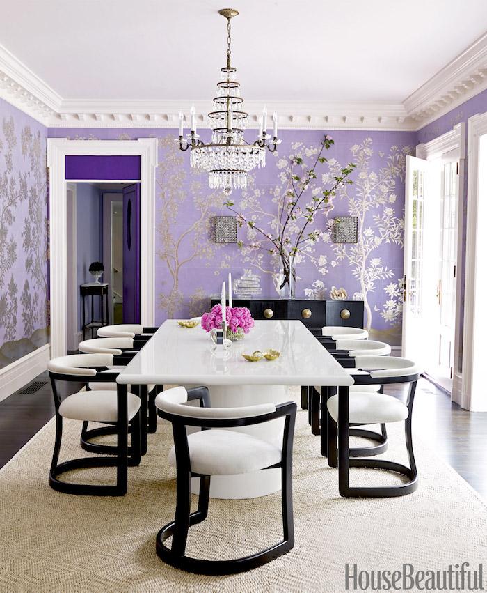déco salle à manger mauve, tapisserie argent sur violet, idée decoration piece de vie