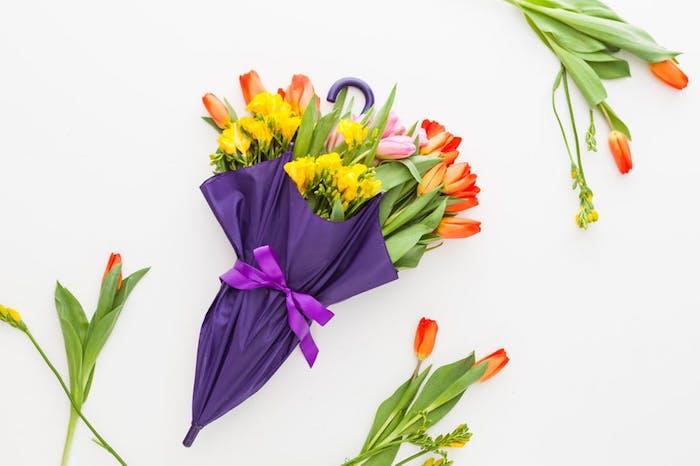 décoration originale de printemps en parapluie violet remmpli de fleurs jaunes et de tulipes, deco printemps originale pour porte