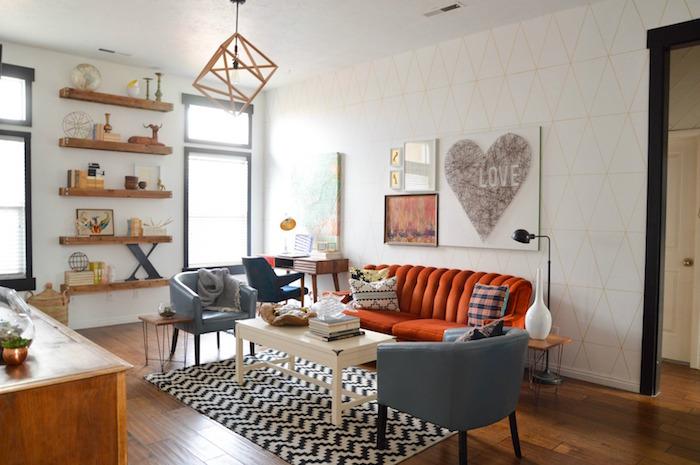 etageres en bois design pour déco salon, cadre blanc love, décoration de salon vintage