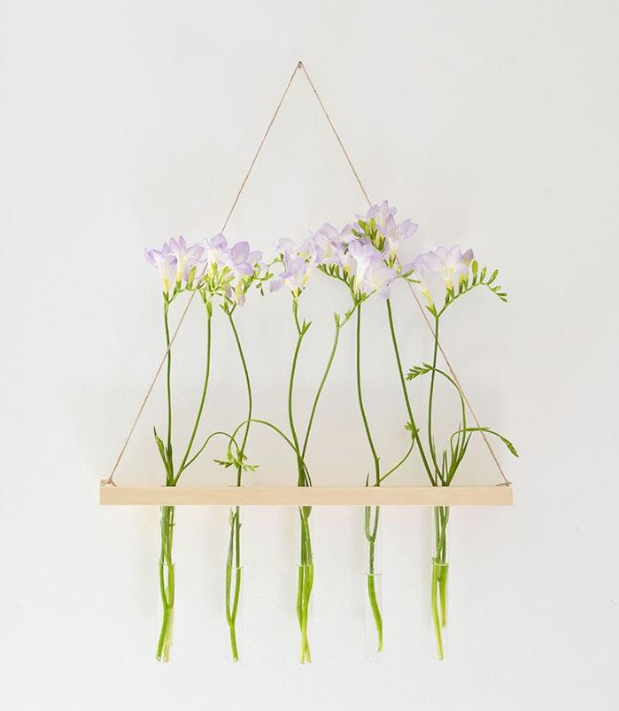 composition florale murale en fleurs sur une planche de bois suspendue à un fil, activité manuelle pour ado
