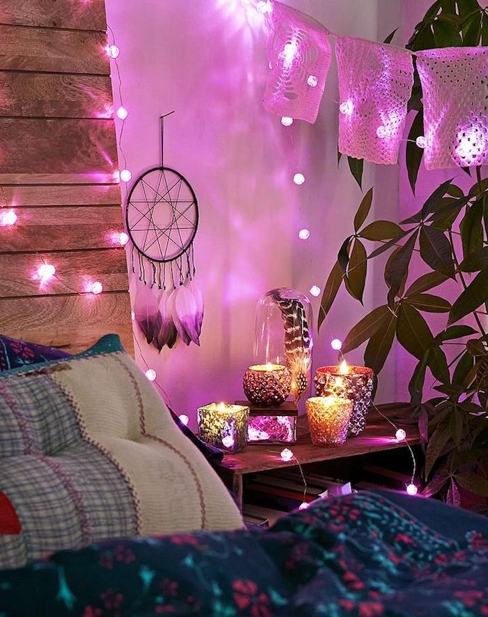 bricolage avec palettes pour faire une tete de lit, guirlandes lumineuses, attrape reve, bougies en chevet, linge de lit style bohème chic
