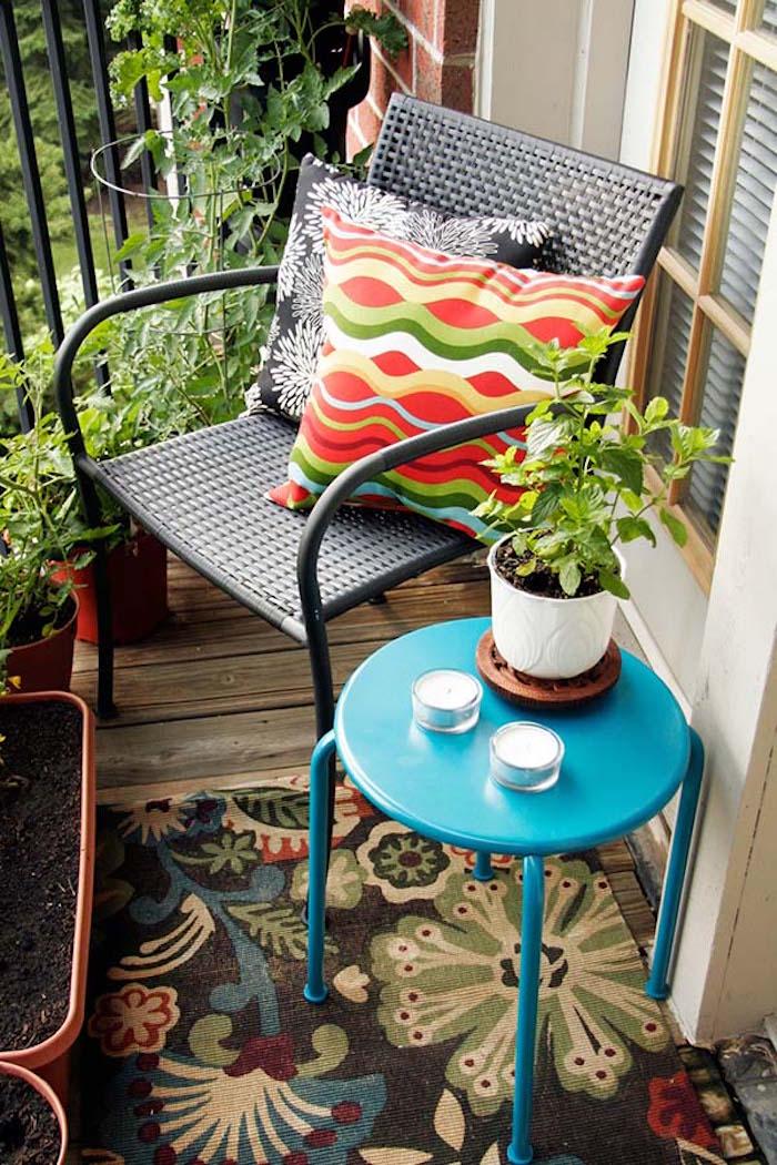 meubler un mini balcon exterieur maison, petite table pour terrasse, table de chevet bleue