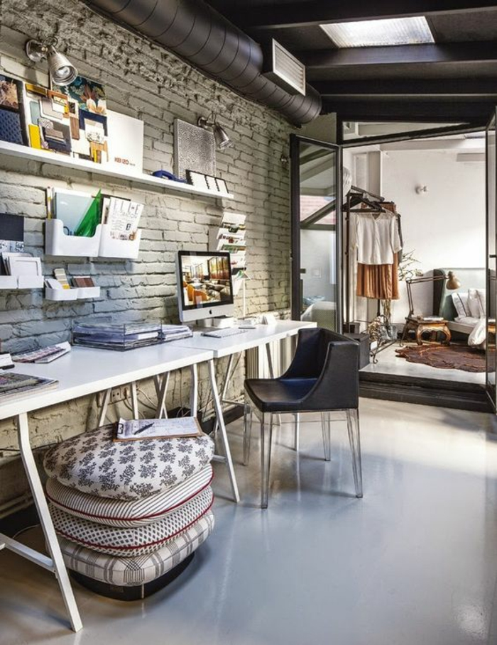 chambre 9m2, coussins colorés carrés arrangés comme poufs, mur en briques blanches, bureau en blanc avec des pieds métalliques blancs