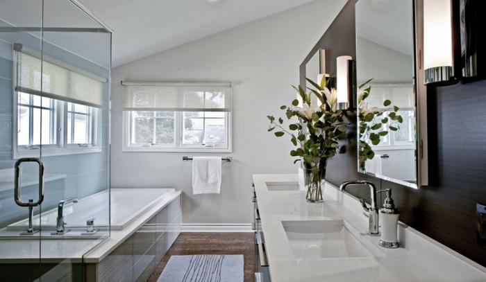 grand miroir au-dessus d'une vasque moderne en céramique, baignoire et grandes fenêtres