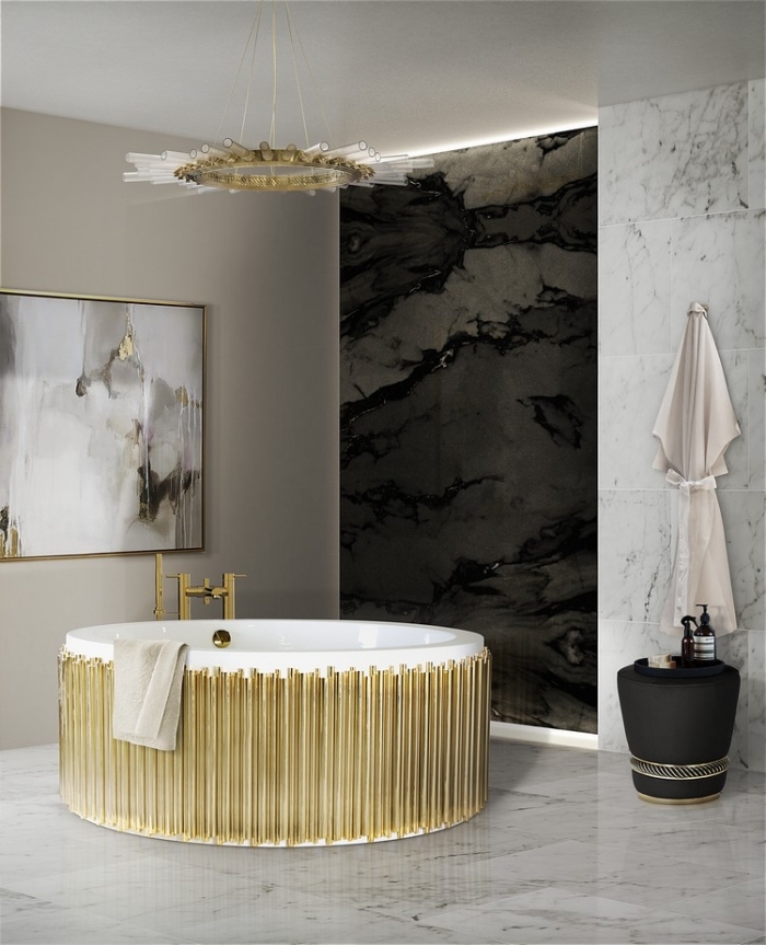 amenagement salle de bain moderne avec peinture murale taupe et revêtement partiel en marbre blanc et noir, baignoire et luminaire en blanc et or