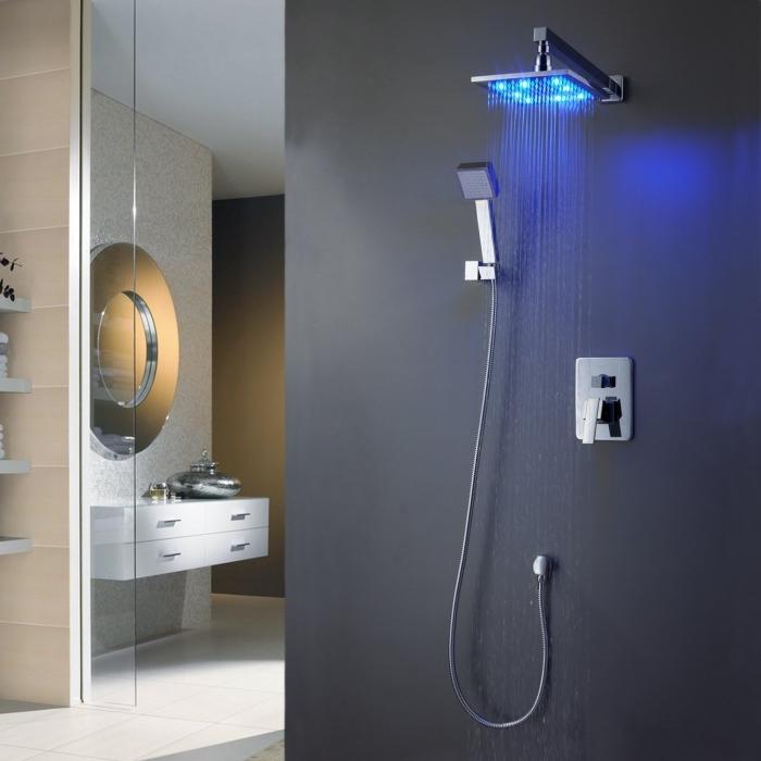 idee deco salle de bain avec appareils intelligents et automatiques, modèle de douche à effet pluie avec éclairage néon bleu