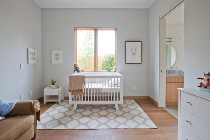 la chambre complete bebe aux murs blancs avec grande fenêtre de bois et meubles peints en blanc, cadres photos avec dessins d'animaux