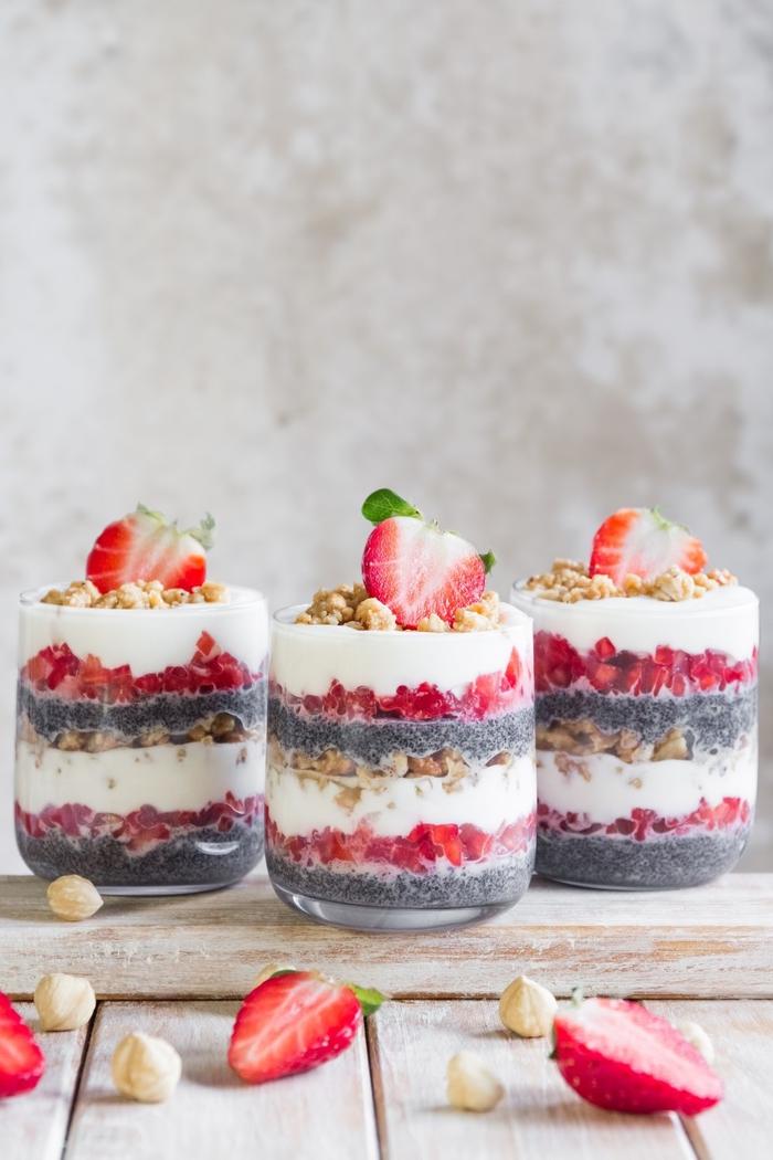 un dessert facile et léger façon verrine à quatre couleurs, aux fraises, à la noisette, pomme et fyaourt ultra facile à faire