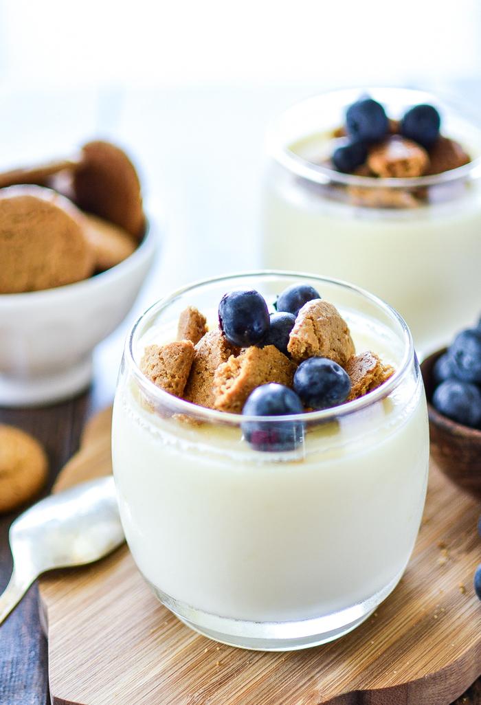 idée pour un dessert facile et léger après un repas copieux, recette de pots de crème au citron et aux myrtilles