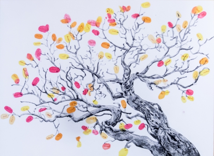 dessin facile à réaliser soi-même avec un arbre vierge au feuillage en encre d'empreintes colorées