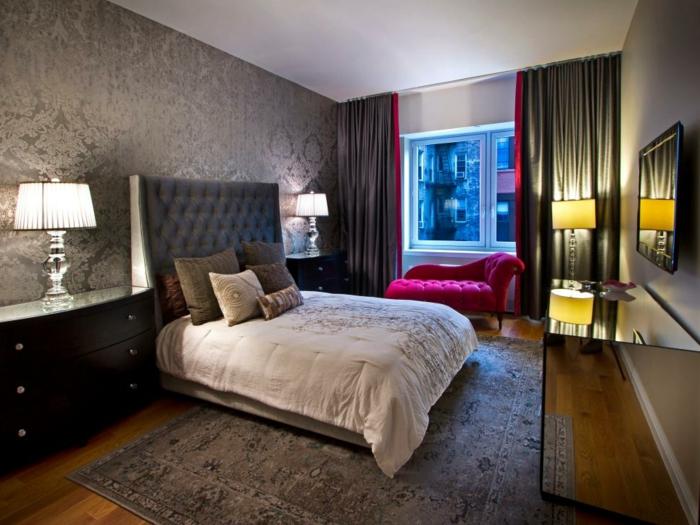 tapis gris dans une belle chambre à coucher, sofa rose, lampes abat-jours, tete de lit grise