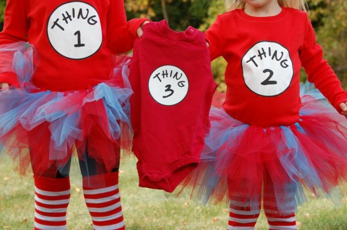 annonce grossesse originale, deux soeurs habillées en rouge tenant le vêtement du numéro 3
