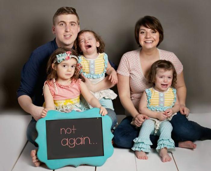 une famille qui fête ensemble l'arrivée future d'un bébé, le père, la mère et les trois soeurs