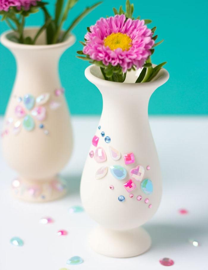 activité manuelle primaire avec des vases blancs simples décorés de pierres colorées avec des fleurs à l intérieur