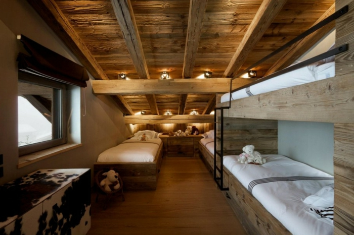 plafond rustique, deux paires de lits superposés, plafond en bois, éclairage doux