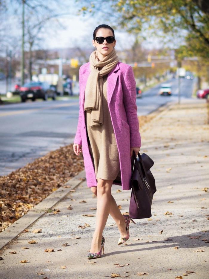 comment bien s habiller avec une robe mi-longue et un manteau rose, modèle de sac à main de cuir violet foncé