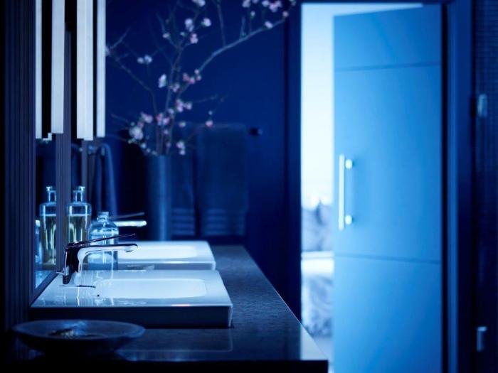la couleur bleu foncée dans la déco tendance salle de bain design de 2018, modèle de lavabo moderne avec éclairage néon