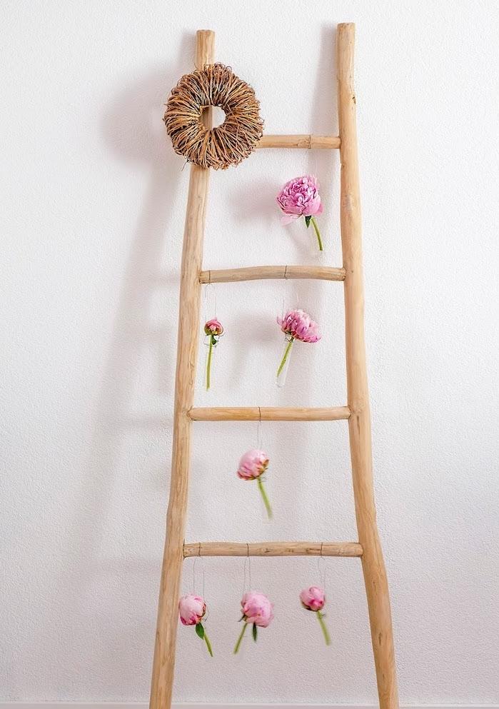 échelle décorative en bois avec des fleurs pivoines suspendues, activité manuelle pour ado et adulte, diy déco chambre