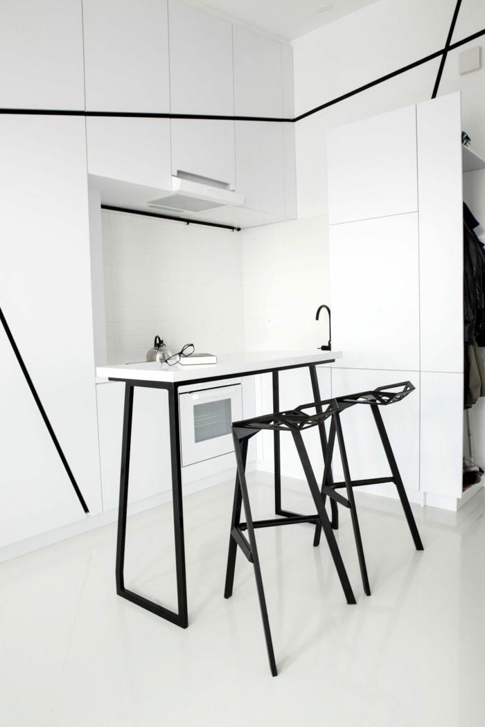 repeindre une cuisine en blanc et noir, lignes accents en noir, table et tabourets de bar en métal noir, sol carrelage blanc luisant, porte coulissante en blanc marquée par des lignes graphiques