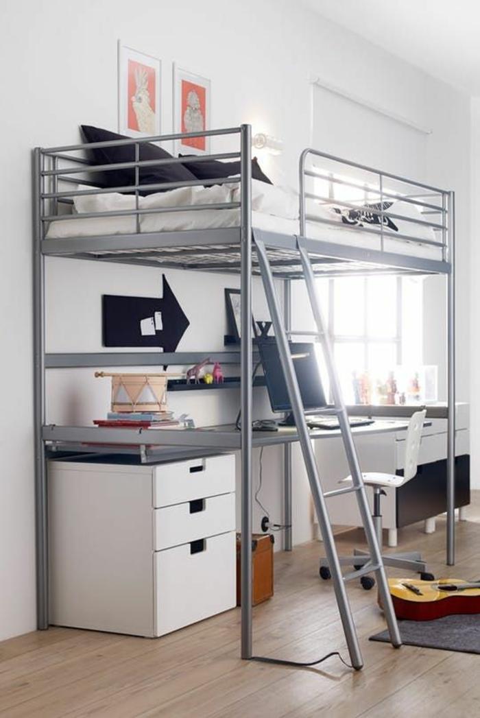 aménager chambre 9m2, sol en parquet couleur beige, lit superposé en dessus du bureau, en métal gris avec une échelle pour grimper, meuble rangement en blanc, deux tableaux en blanc et corail
