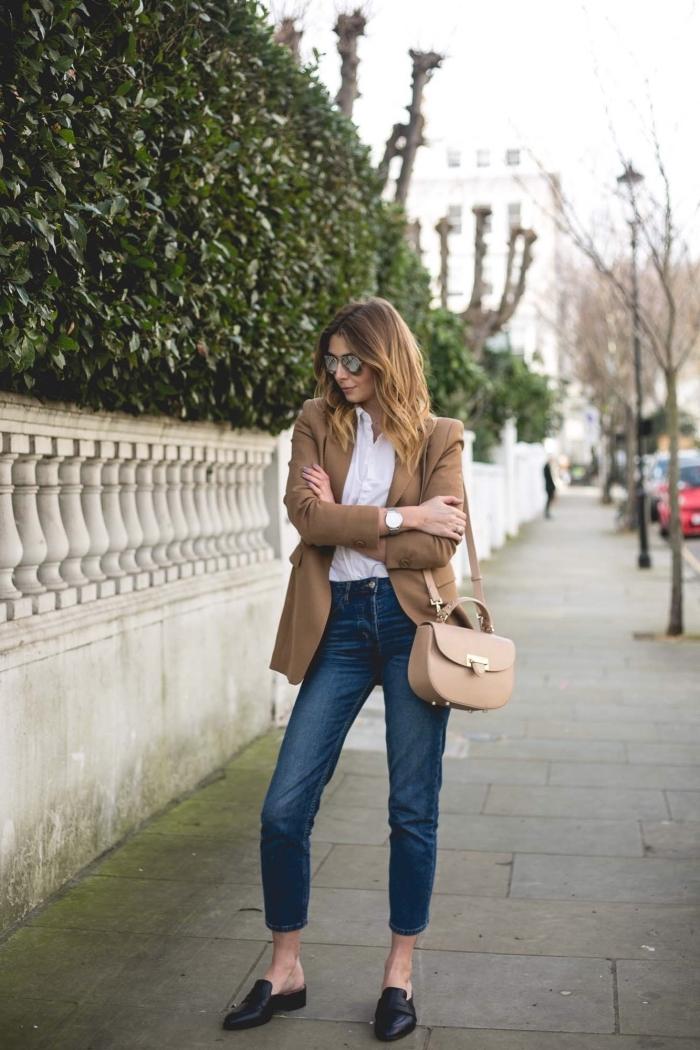 chemise blanche et jeans foncés combinés avec une veste camel femme et un sac à main de cuir beige, modèle d'escarpins noirs