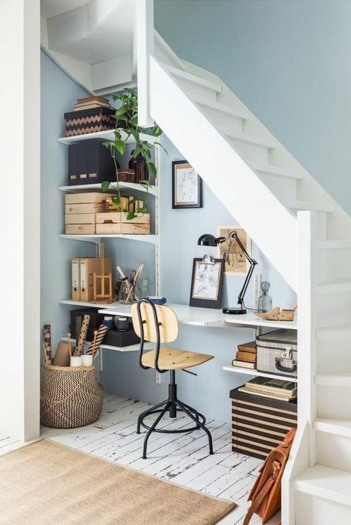 comment optimiser l'espace sous un escalier tournant, déco chambre étudiant, amenager studio 15m2, murs en bleu pastel, tapis en rose poudré