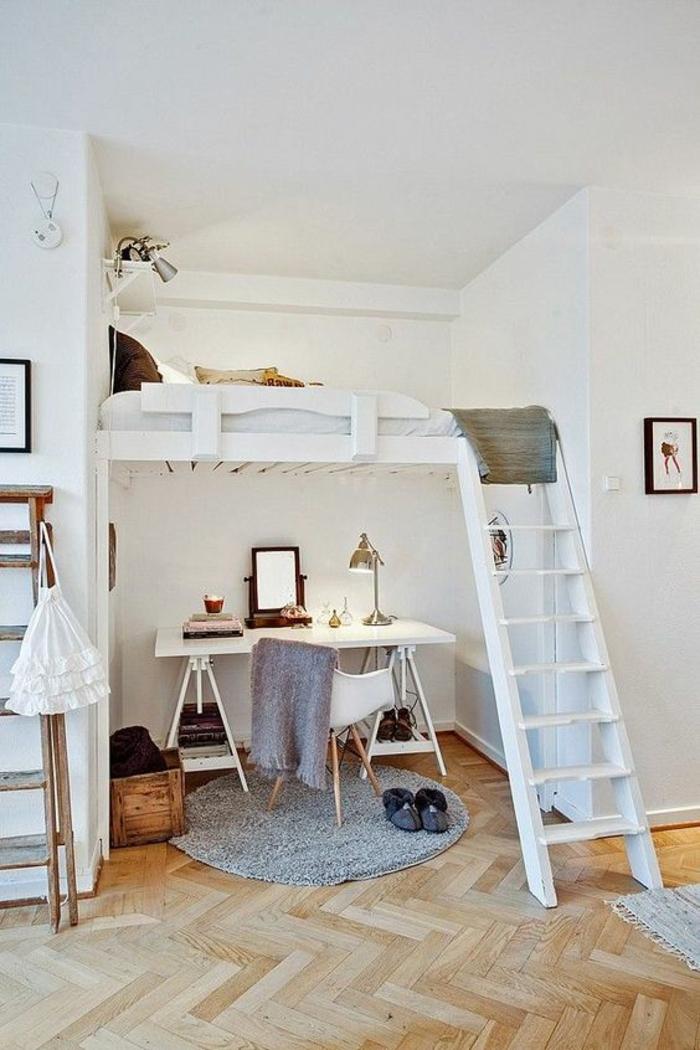 lit en blanc superposé au-dessus du bureau, échelle blanche, parquet en beige style arête de poisson, déco chambre étudiant, chambre 9m2, petit tapis rond en gris, bureau pliant en blanc, plafond blanc