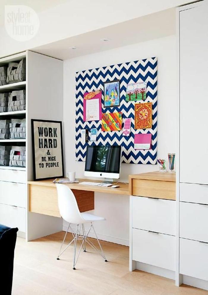 amenager studio 15m2, parquet en PVC clair, panneau décoratif aux rayures bleu marine et blanc au-dessus du bureau, grand meuble blanc