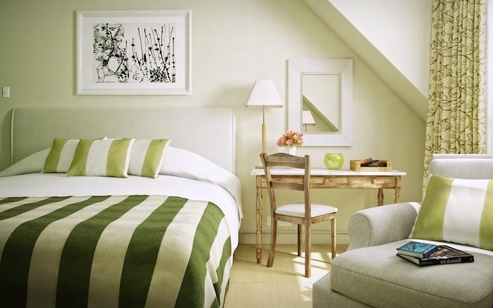 idée d amenagement chambre verte avec un canapé gris perle et tete de lit blanc cassé, linge de lit vert et blanc, bureau et chaise bois retro chic