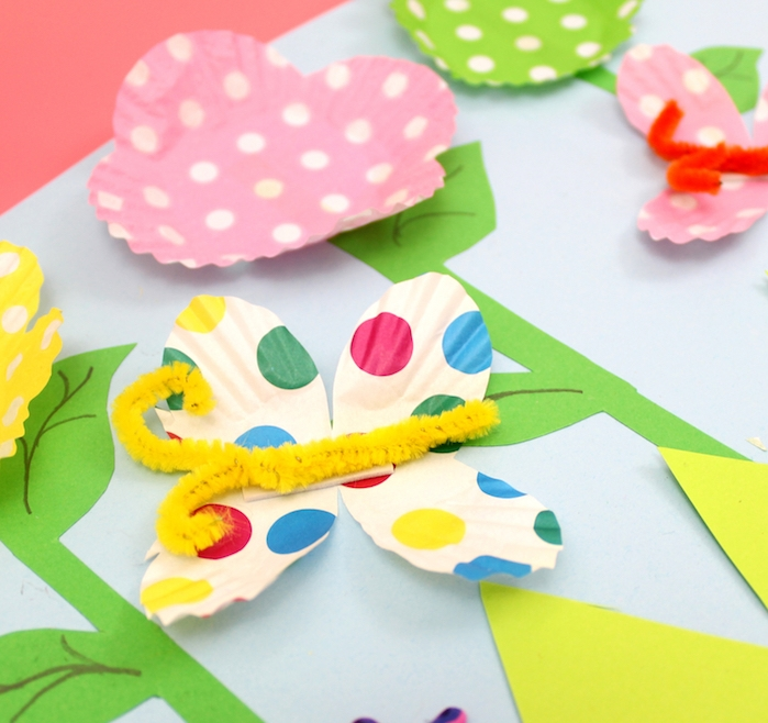 papillons colorées fabriquées à partir de caissettes à muffins avec corps de cure pipe colorée, activité manuelle primaire