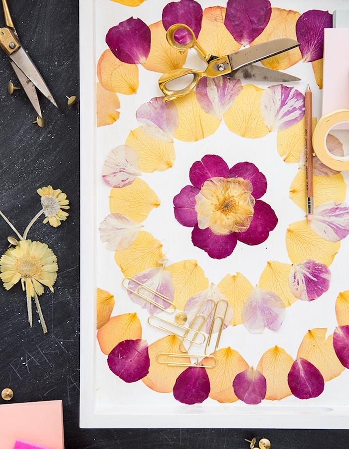 idée d activité manuelle adulte un tableau de service blanc avec des pétales de fleurs, bricolage facile et rapide