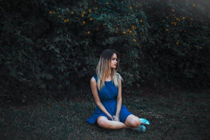 coupe femme cheveux long en ombré blond sur de cheveux chatain foncé, robe bleue, dégradé de cheveux longs