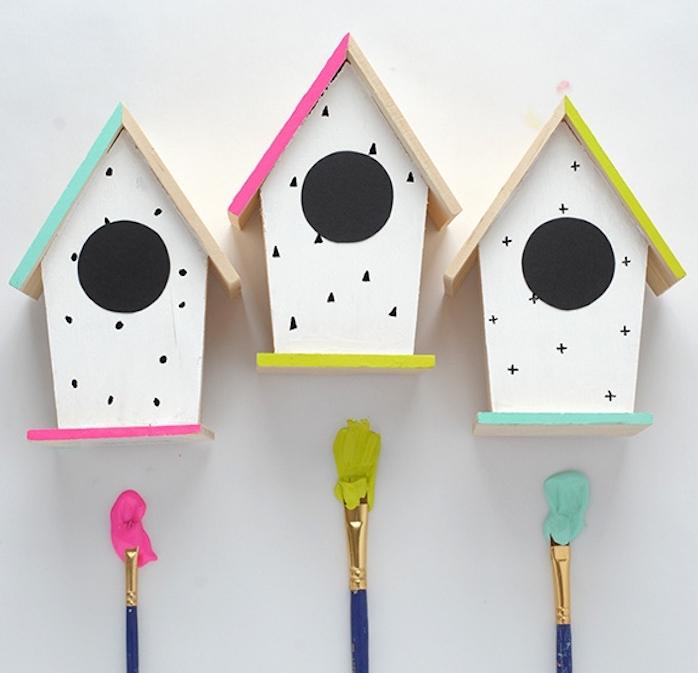 activiré manuelle adulte, mangeoire oiseaux a faire soi meme, décorée de couleurs diverses, peinture rose, verte et bleue, petites maisonnettes pour oiseaux