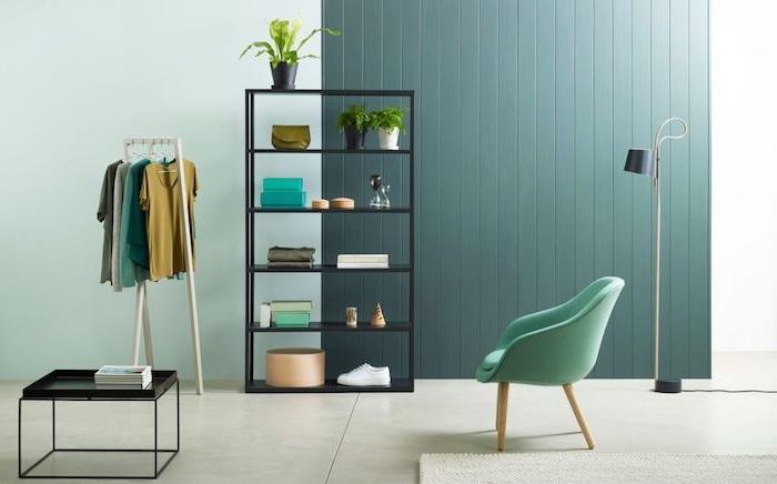 exemple de mur décoré de peinture grise, nuance de gris tirant vers le vert, etagere noire, chaise verte, table basse metallique noire, sol carrelage gris
