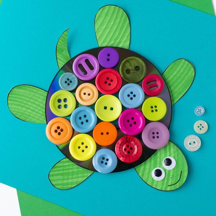 activité manuelle 4 ans, tortue verte avec décoration de boutons colorées, bricolage enfant créatif facile