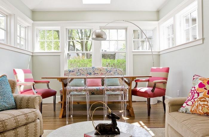exemple de mur peinture gris perle, table en bois, chaise rose et beige, canapé fleuri shabby choc et canapé et fauteuil marron beige