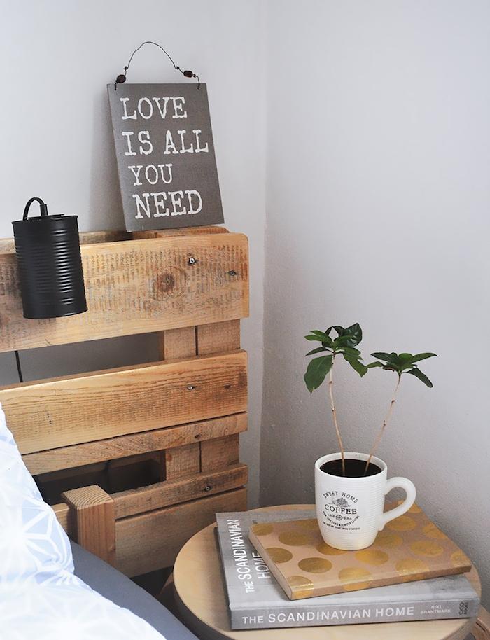 idée pour faire une tete de li en palette avec lampe en boite de conserve recyclée, plaque décorative, table de nuit bois