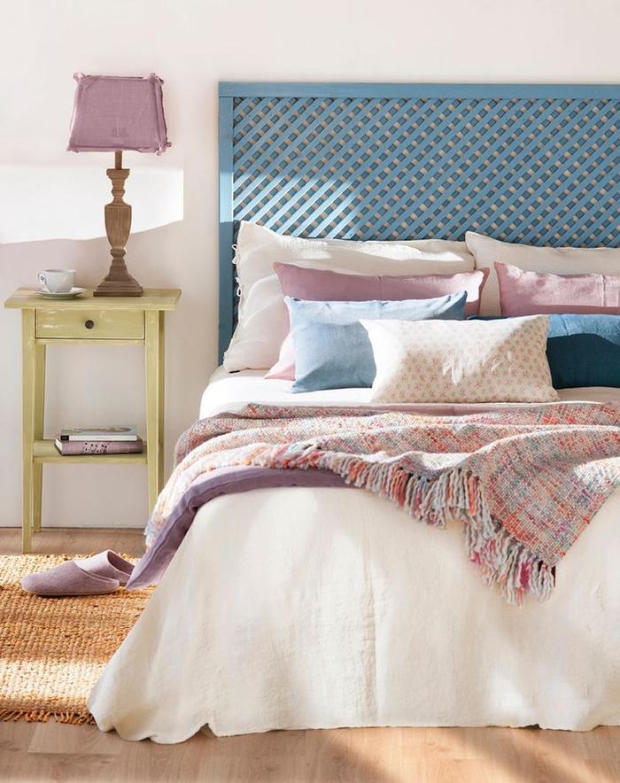 une chambre à coucher d'ambiance douce et féminine aux tons pastels, idée originale pour faire une tete de lit esprit récup en treillis de jardin recyclé