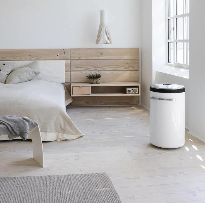 une chambre à coucher monochrome d'ambiance nordique avec une tête de lit en bois naturel à la fois esthétique et fonctionnel, fabriquer une tete de lit avec espace rangement