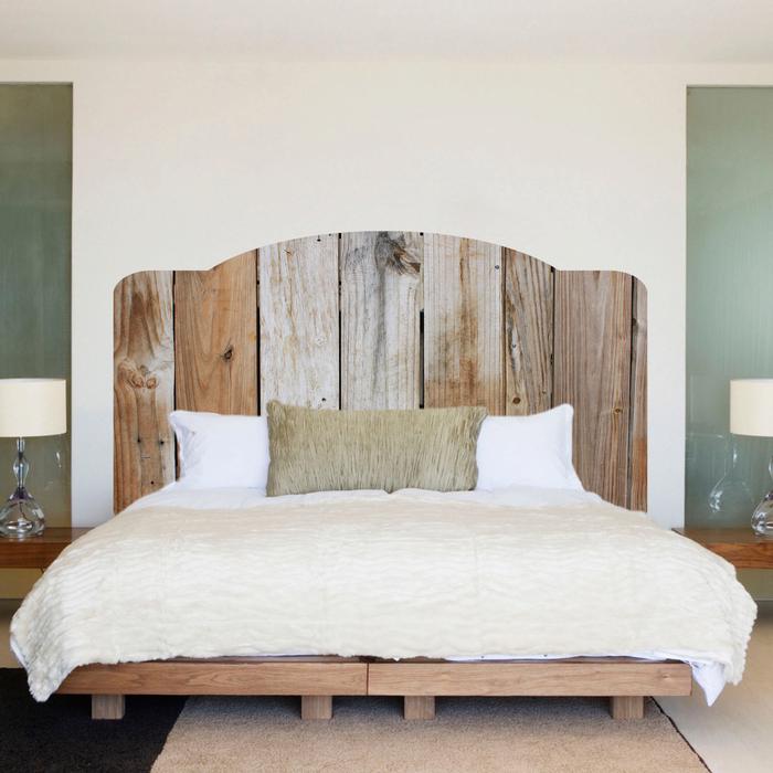 ambiance chalet dans la chambre à coucher avec un lit en bois nature et une tete de lit en bois flotté d'aspect vieilli