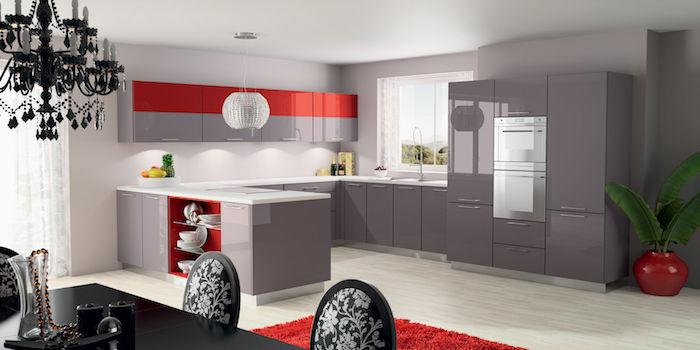 quelle couleur associer avec du gris, exemple de facade cuisine gris laquée et rouge, tapis rouge, table et chaises noires