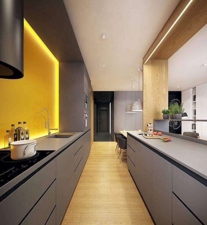 exemple de cuisine gris avec facade couleur gris anthracite, parquet clair et credence jaune avec éclairage LED