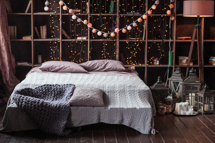 fabriquer une tete de lit lumineuse à partir de guirlande de boules et lumières sur le fon, linge de lit rose, gris et blanc, lanternes vintage, bibliotheque retro, chambre cosy