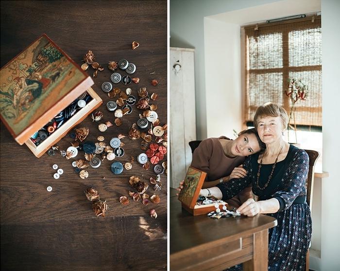 photo de style vintage avec une grand-mère et sa petite-fille aux cheveux marron assises devant une table avec boîte de boutons vintage