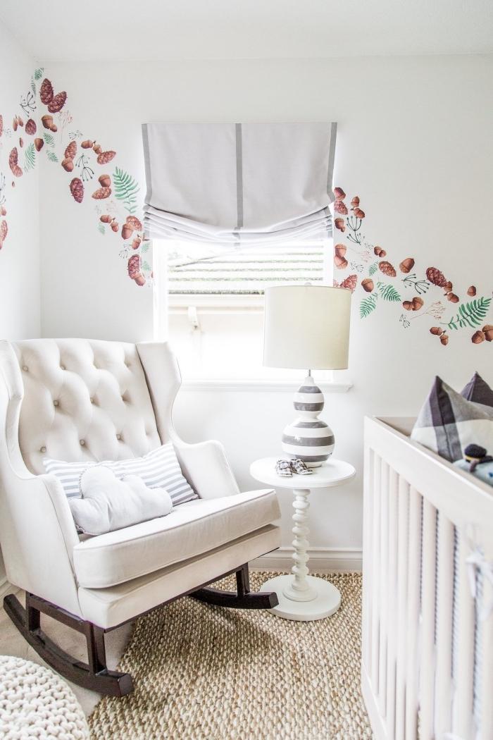 peinture murale blanche avec décoration à design pommes de sapin et feuilles vertes dans une chambre bébé garçon ou fille
