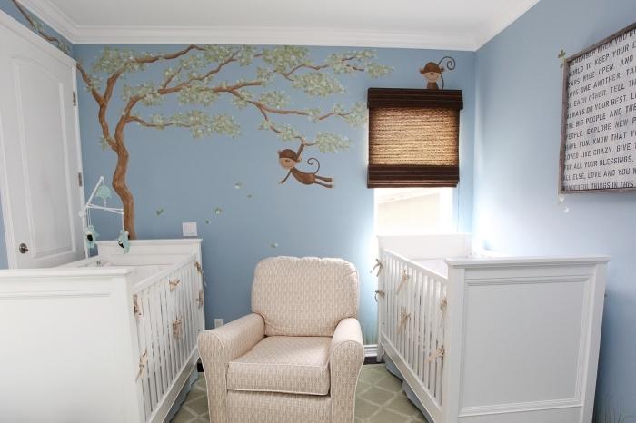 modèle de papier peint à design singe sur arbre, aménagement de la chambre bébé à espace limité avec meubles blancs