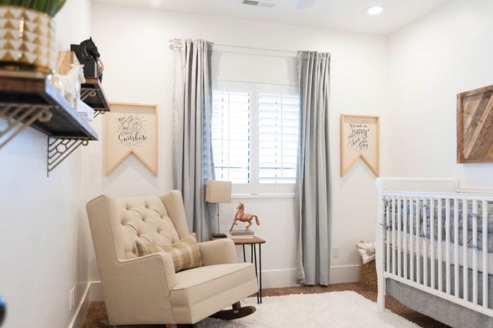 comment décorer la chambre bébé mixte aux murs blancs avec meubles de bois, modèle de grand fauteuil beige devant la fenêtre habillée aux rideaux longs gris