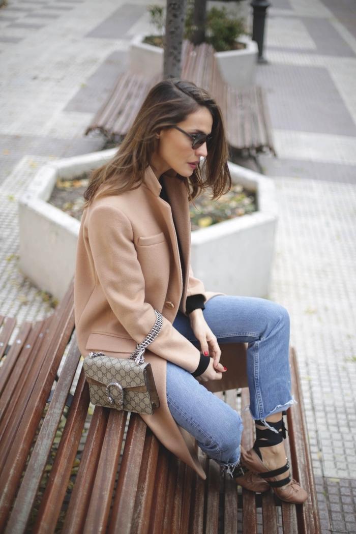 look élégant en jeans clairs et manteau femme camel, modèle de chaussures originales en camel avec lacets noirs