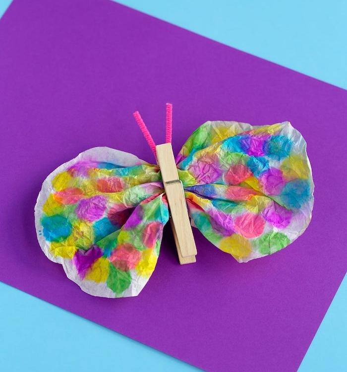 modele d'activité manuelle primaire, un papillon en filtre de café coloré et une pince à linge en bois pour le corps